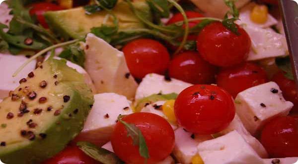 Ensalada de Tomates Cherry y Aguacate